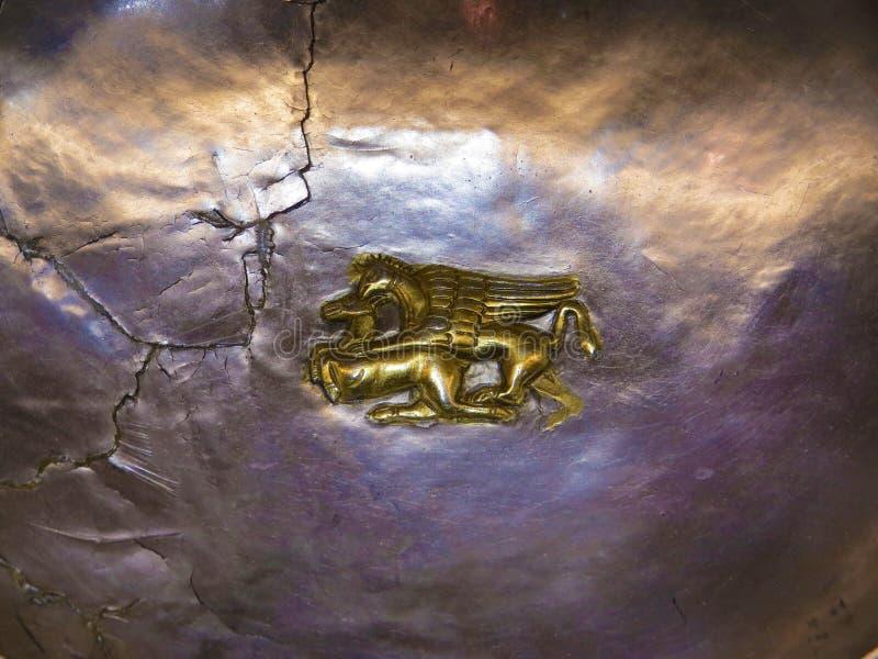 Alte thracian Ritualschiffe vom Silber und vom Gold mit Löwe lizenzfreies stockfoto