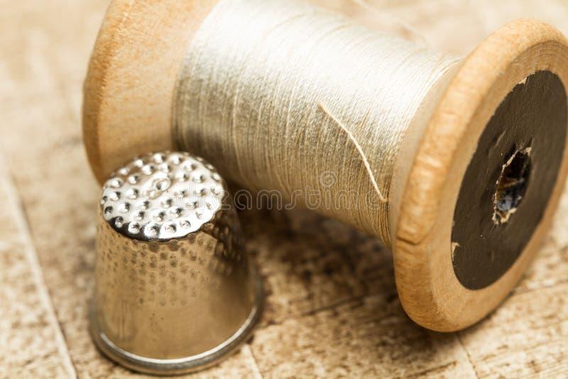 Alte Threadspulen und eine Muffe stockbild