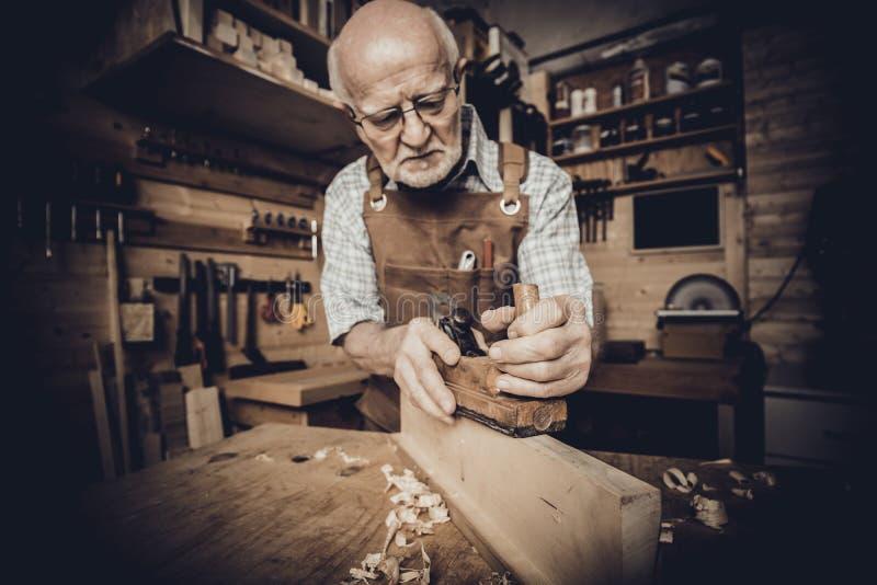 Alte Tischlerarbeit mit der Handfl?che stockfotografie