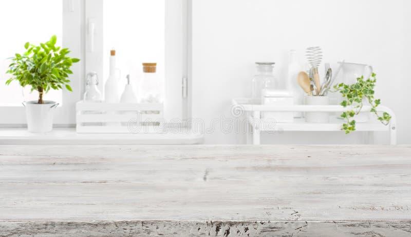 Alte Tischplatte für Produktanzeige über defocused Weinleseküchenhintergrund stockbild