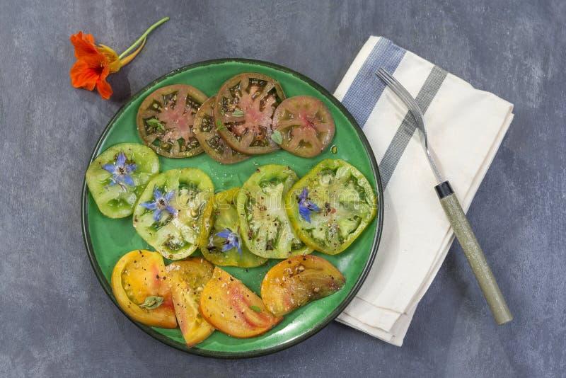 Alte Tomaten Salat von verschiedenen und bunten alten Tomaten planen Hintergrund stockfotos