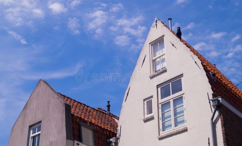 Alte traditionelle niederländische Häuser gegen einen blauen klaren Himmel lizenzfreie stockbilder