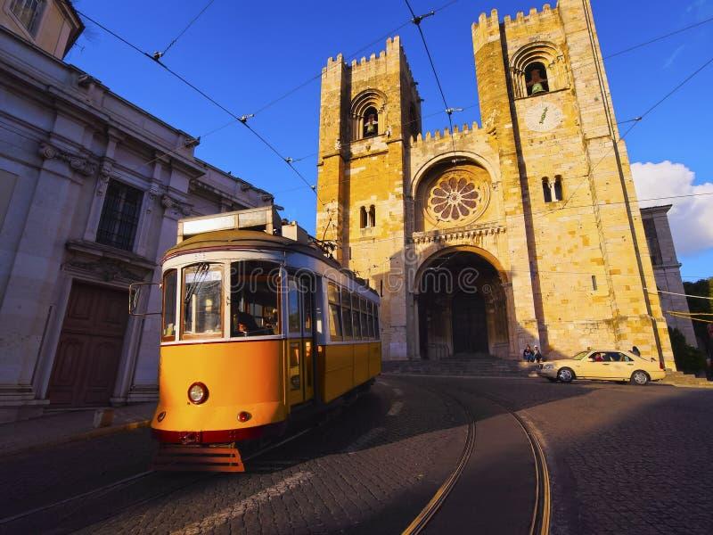 Alte Tram in Lissabon stockfotografie