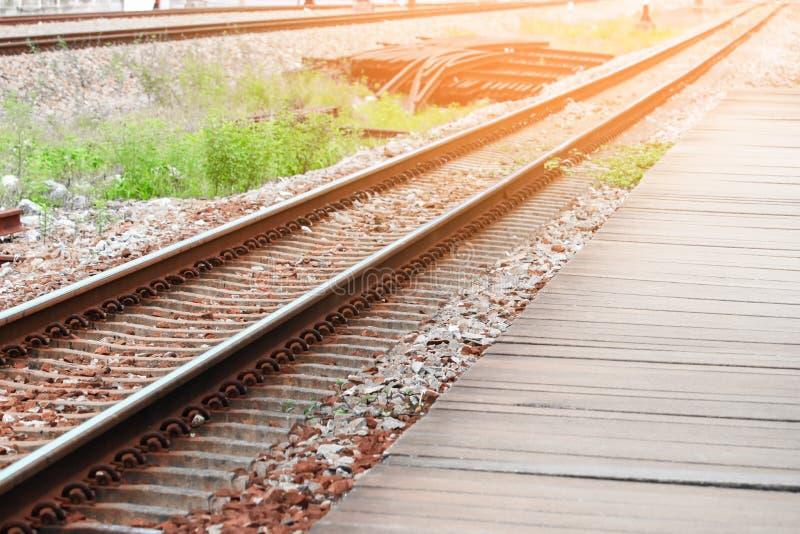 Alte Transportbahnstation der Eisenbahnlinie mit ausgewähltem Fokus des Sonnenunterganglicht-Tones mit flacher Schärfentiefe stockfoto
