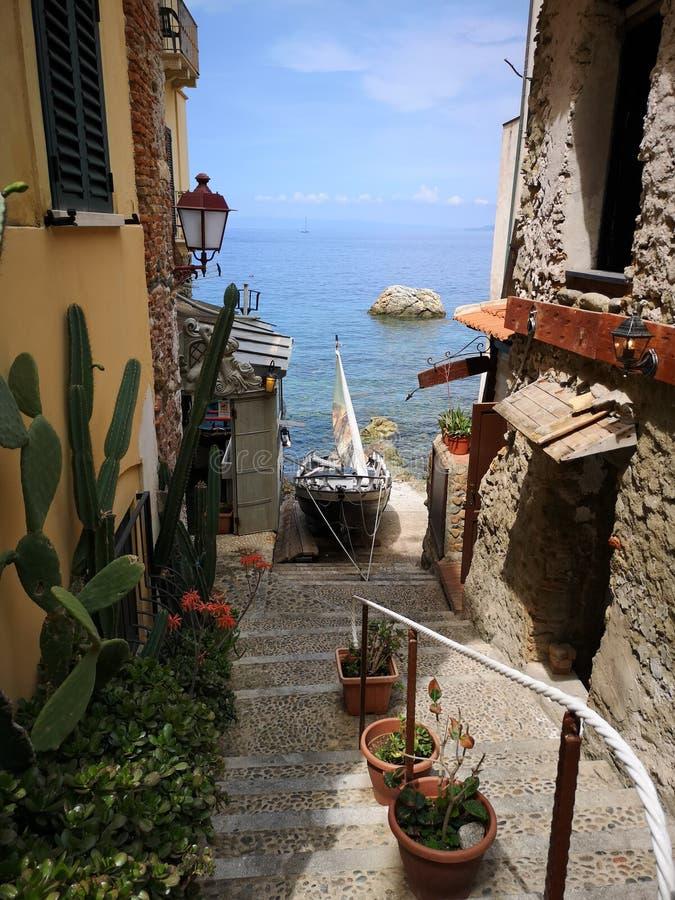 Alte Treppe, die unten zum Meer in Scilla geht lizenzfreie stockfotos