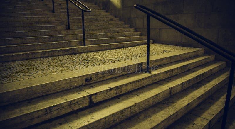 Alte Treppe in Lissabon stockbild