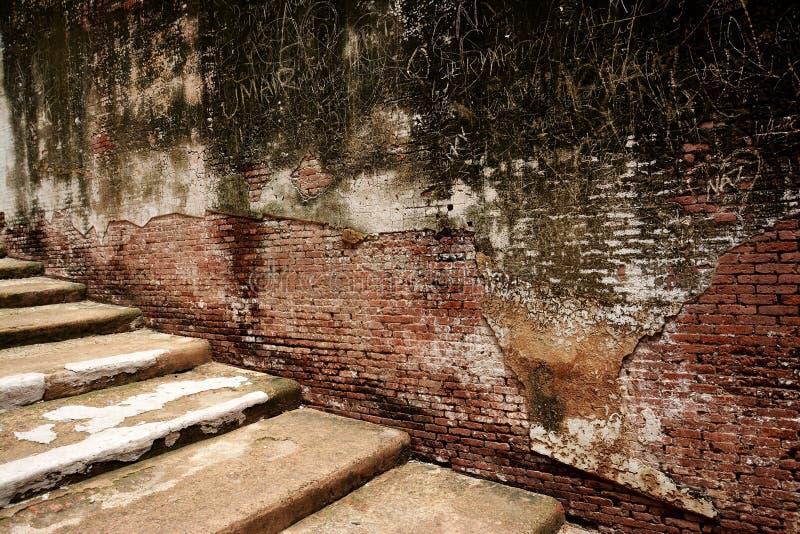 Alte Treppe und Wand lizenzfreies stockfoto