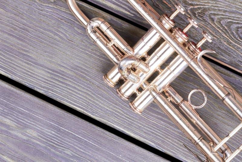 Alte Trompete auf hölzernem Hintergrund lizenzfreie stockbilder