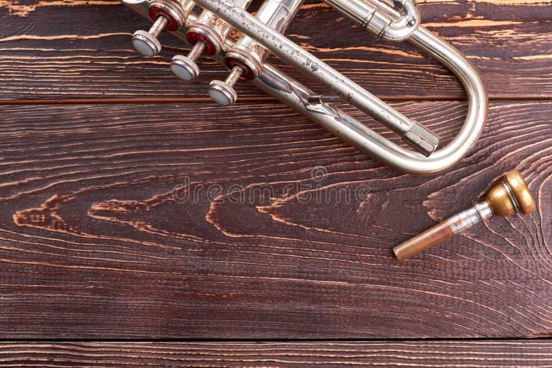 Alte Trompete auf hölzernem Hintergrund lizenzfreie stockfotos