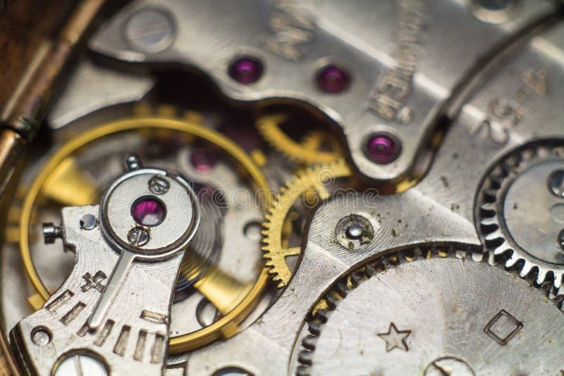 Alte Uhr übersetzt sehr nahes oben lizenzfreie stockbilder