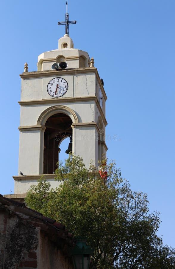 Alte Uhr der alten katholischen Kapellenglocke lizenzfreie stockfotografie