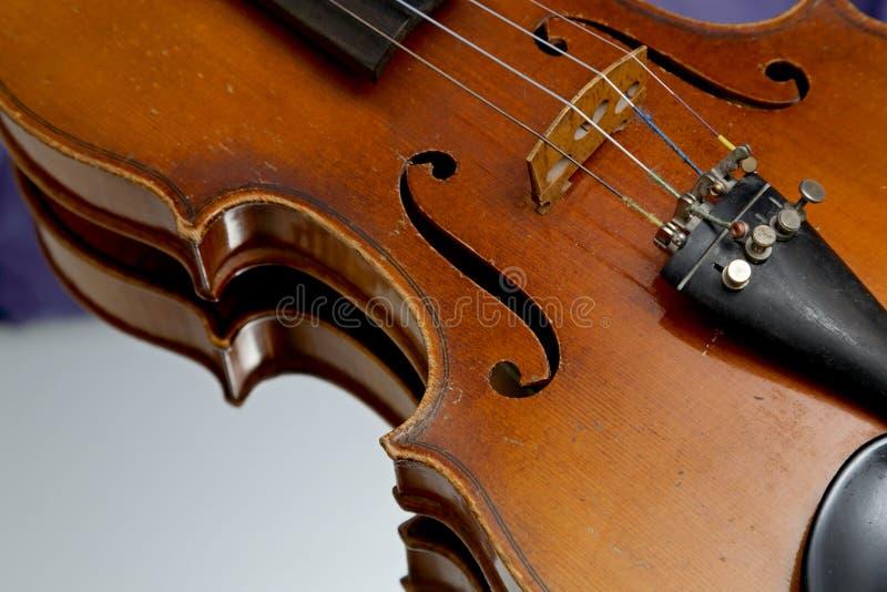 Alte und getragene heraus Violine auf einem Spiegel lizenzfreies stockfoto