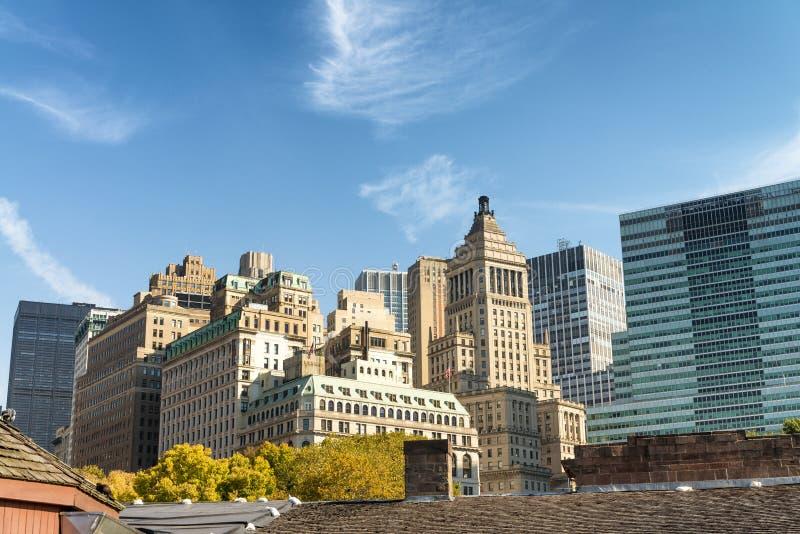 Alte und moderne Skyline von New York City an einem sonnigen Herbsttag stockfotos