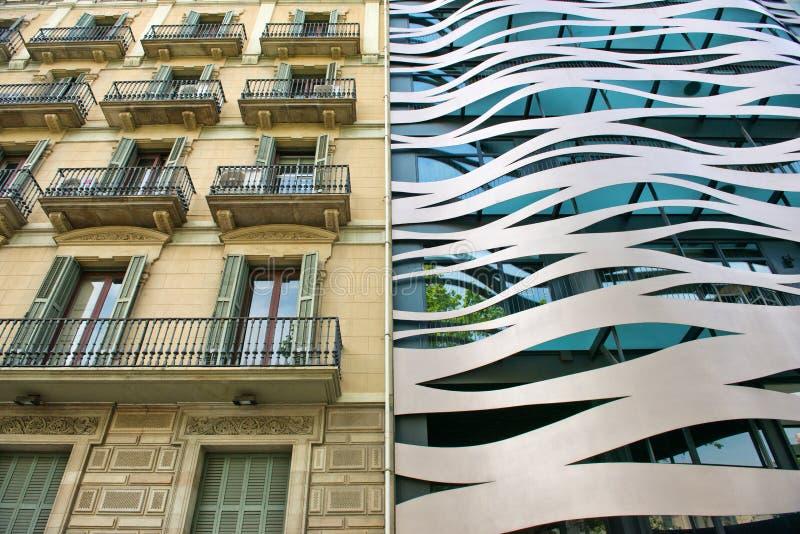 Alte und neue benachbarte Gebäude in Barcelona lizenzfreies stockfoto