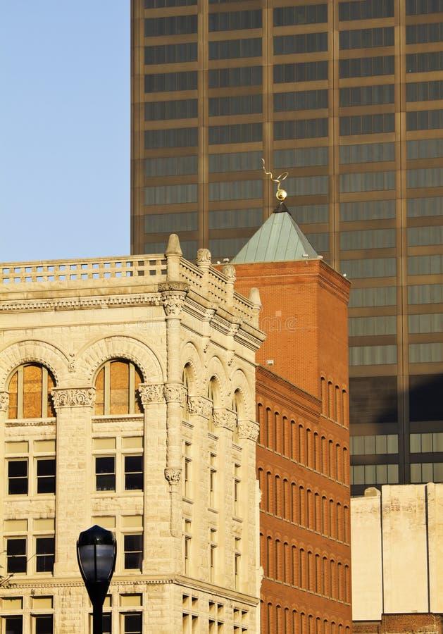 Alte und neue Gebäude in im Stadtzentrum gelegenem Louisville stockfotos