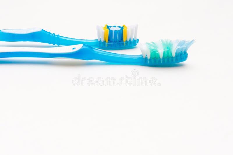 Alte und neue Zahnb?rsten auf einem wei?en Hintergrund Das Konzept von gesunden Z?hnen Mundhygiene Platz f?r Text stockbilder