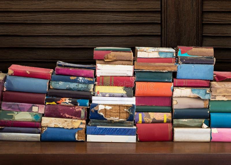 Alte und schädigende Bücher lizenzfreie stockbilder