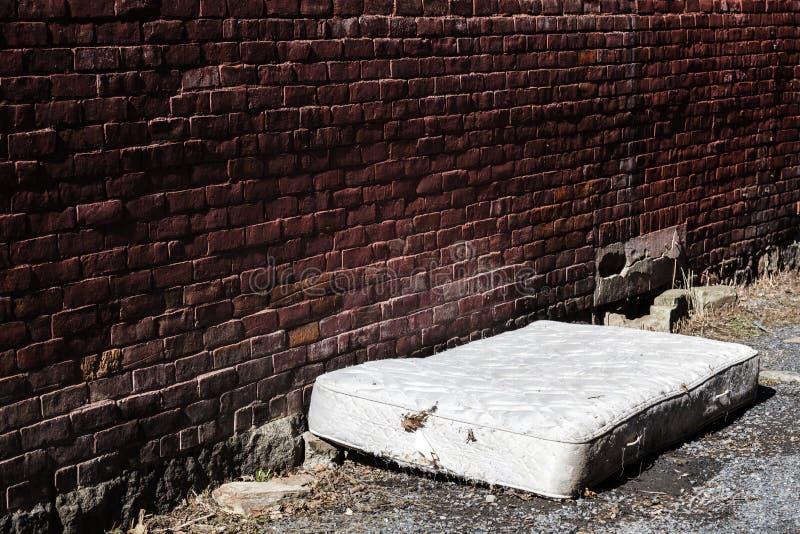 Alte und schmutzige verlassene Matratze stockbilder