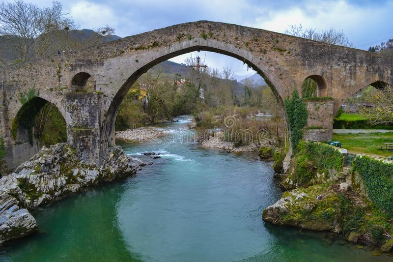 Alte und alte Steinbrücke in Cangas de Onis, Asturien, Spanien, lizenzfreie stockfotografie
