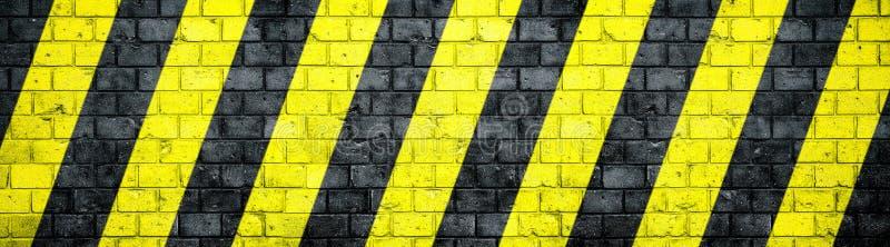 Alte und verwitterte grungy Backsteinmauer mit den Gefahren- oder der Aufmerksamkeitschwarzen und gelben warnenden Schrägstreifen vektor abbildung