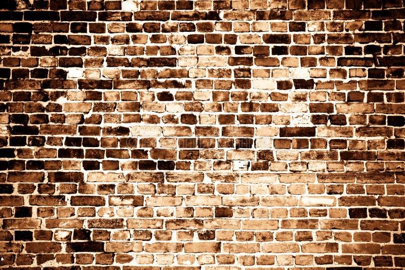Alte und verwitterte grungy Wand des roten Backsteins als Beschaffenheitshintergrund im Sepiaton mit etwas Vignettierung lizenzfreies stockfoto