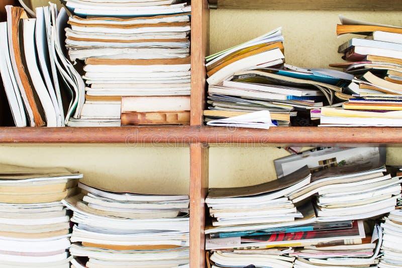 Alte unordentliche Bücher im alten Bücherschrank lizenzfreies stockbild