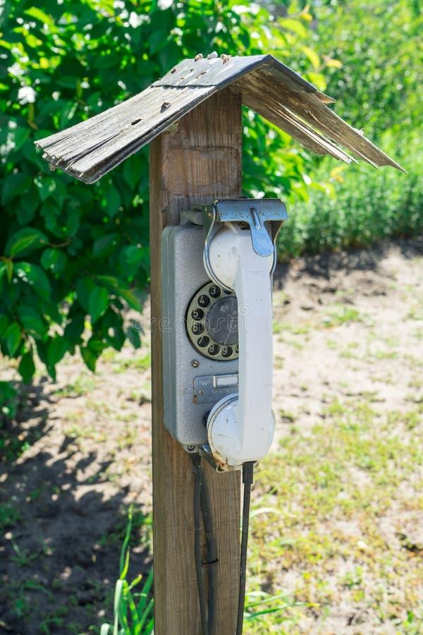 Alte verdrahtetes Telefon der Straße Scheibe Die Dorftelefonzelle stockbilder