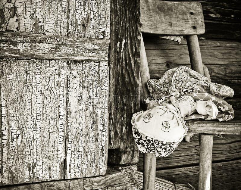 Alte vergessene Puppe stockfotografie