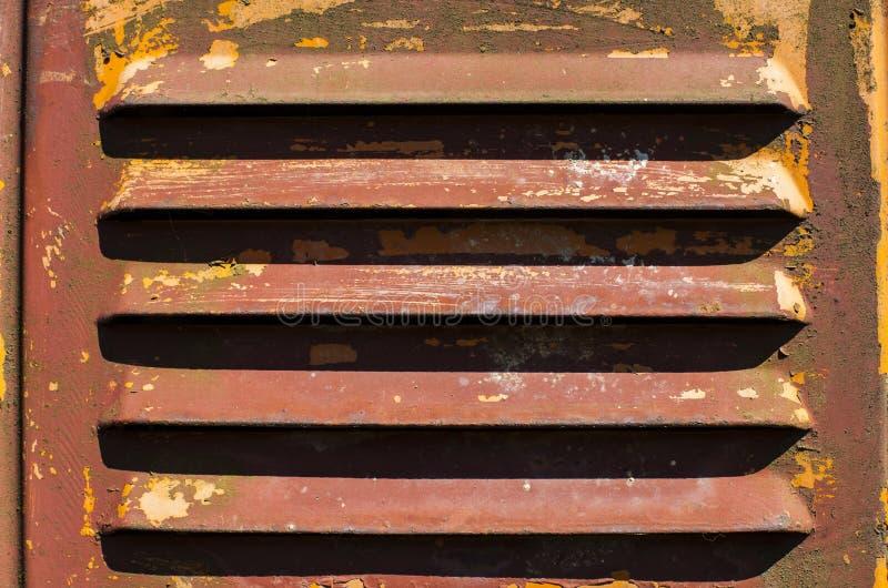 Alte verkratzte Farben- und Rostmetalloberfläche, Belüftungsöffnung stockfoto