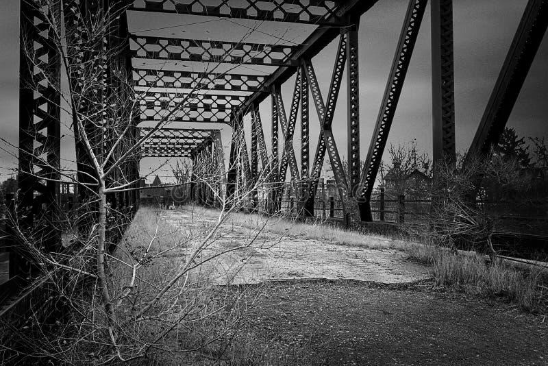 Alte verlassene Eisenbahn-Brücke stockfotografie
