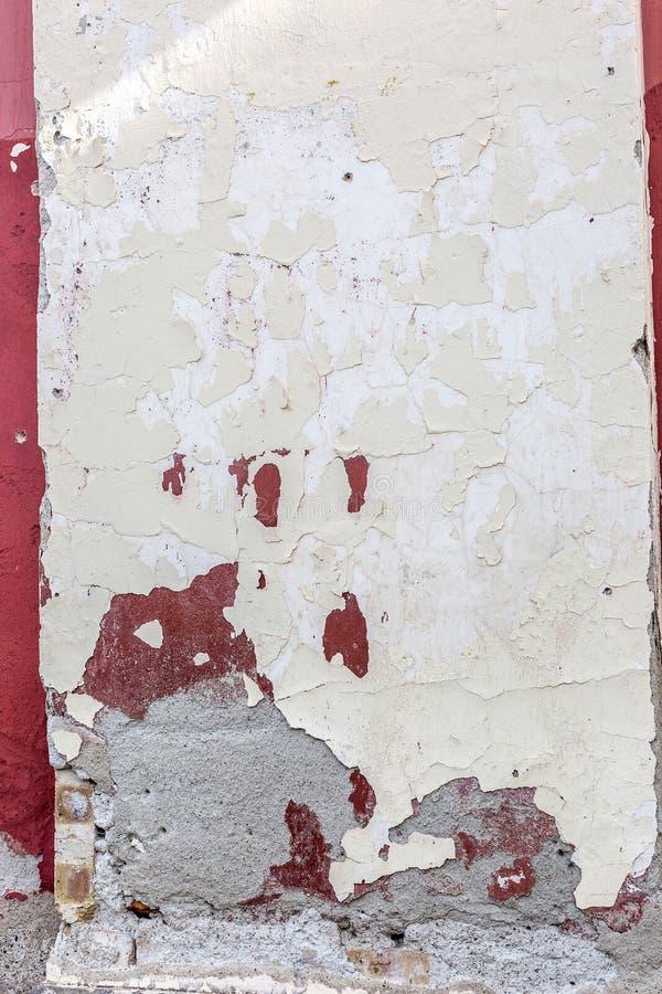 Alte verlassene errichtende Fassadenwand mit der Schale der Farbe, abstrakter Hintergrund Raue gebrochene Stuckoberflächenbeschaf stockfotos