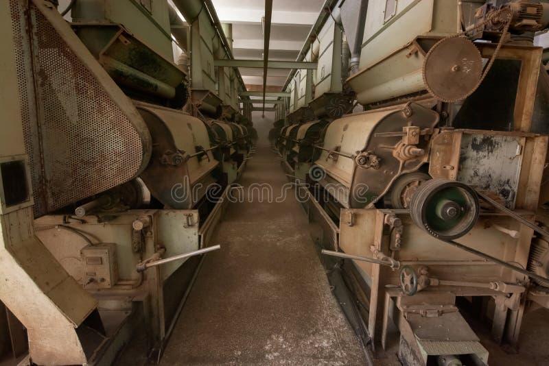 Alte verlassene Fabrik, rostiger Industriemaschinenhintergrund stockbild