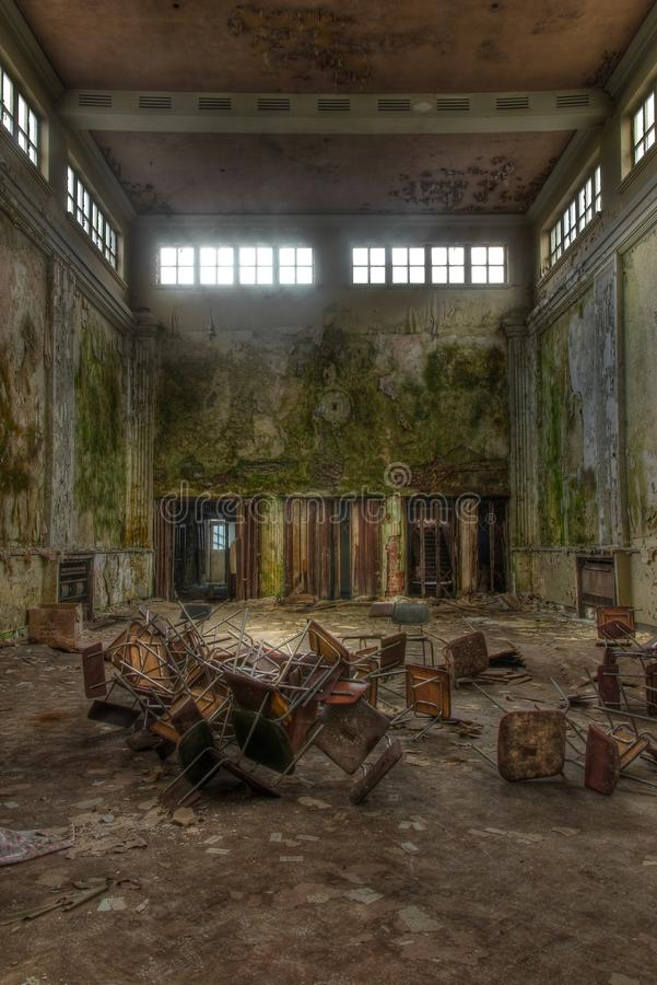 alte verlassene gro e halle stockbild bild von hintergrund ruinen 37568977. Black Bedroom Furniture Sets. Home Design Ideas