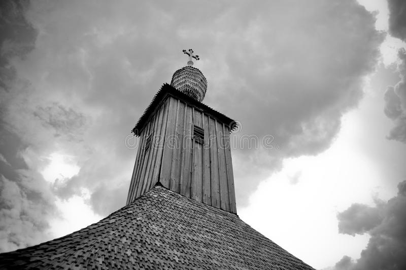 Alte verlassene hölzerne Kapelle lizenzfreies stockbild