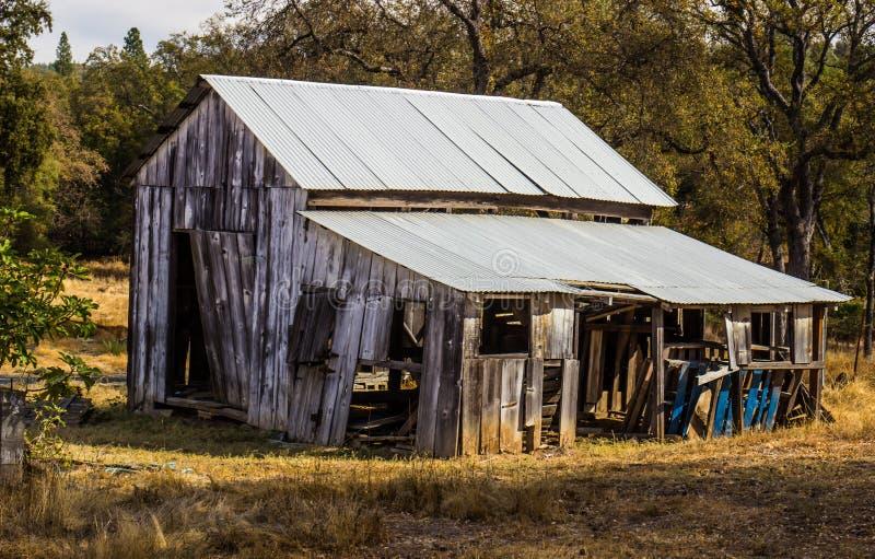 Alte verlassene hölzerne Scheune im Verfall stockbilder