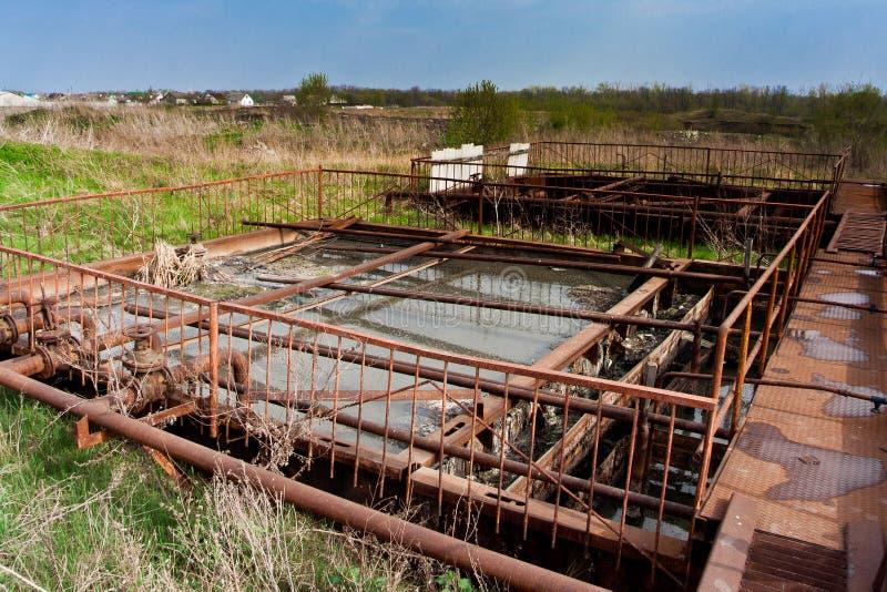 Alte verlassene kleine Abwasserkläranlage lizenzfreie stockfotos