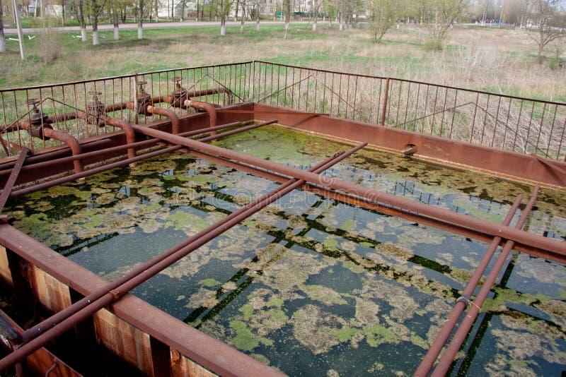 Alte verlassene kleine Abwasserkläranlage stockbilder