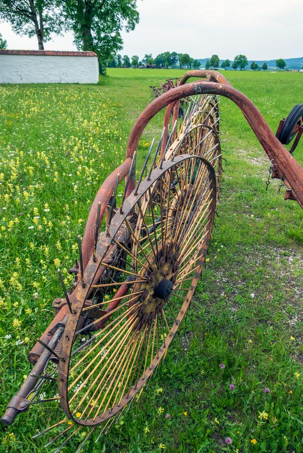 Alte verlassene landwirtschaftliche Maschinen stockbilder