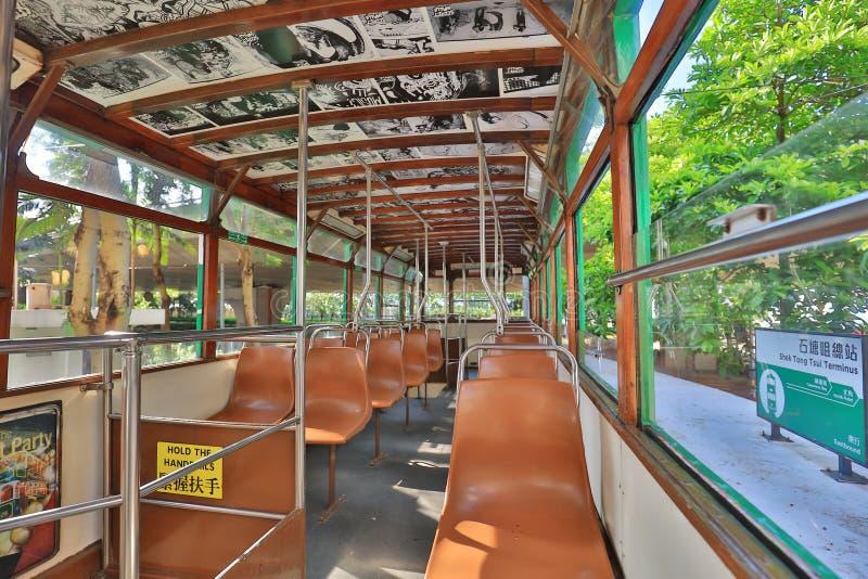 Alte verlassene Sitze in der alten Tram stockfoto