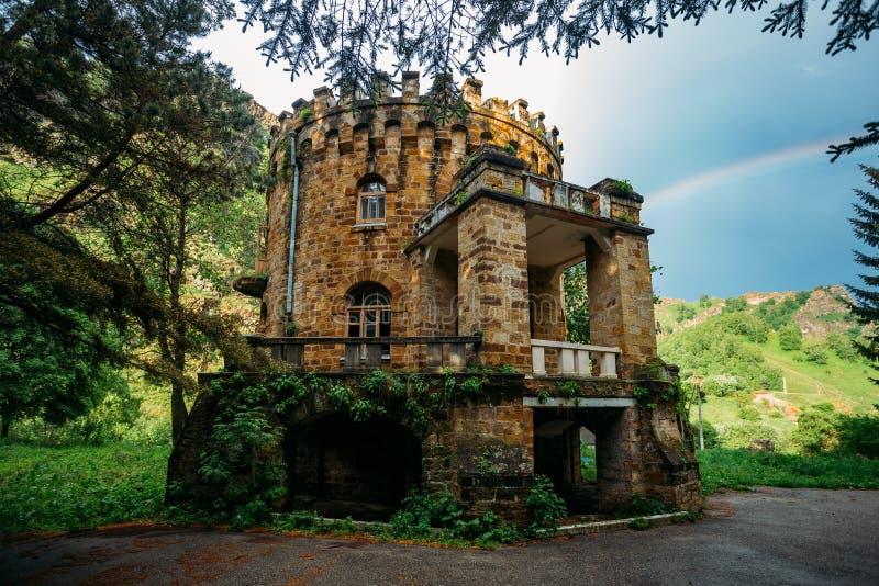 Alte verlassene Villa in der gotischen Art in den kaukasischen Bergen lizenzfreie stockbilder