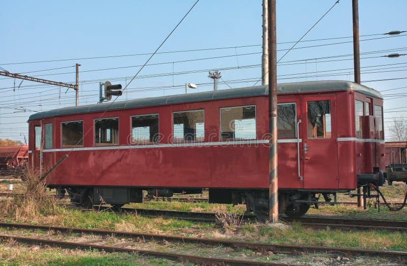 Alte verlassene Züge am Depot am sonnigen Tag lizenzfreies stockfoto