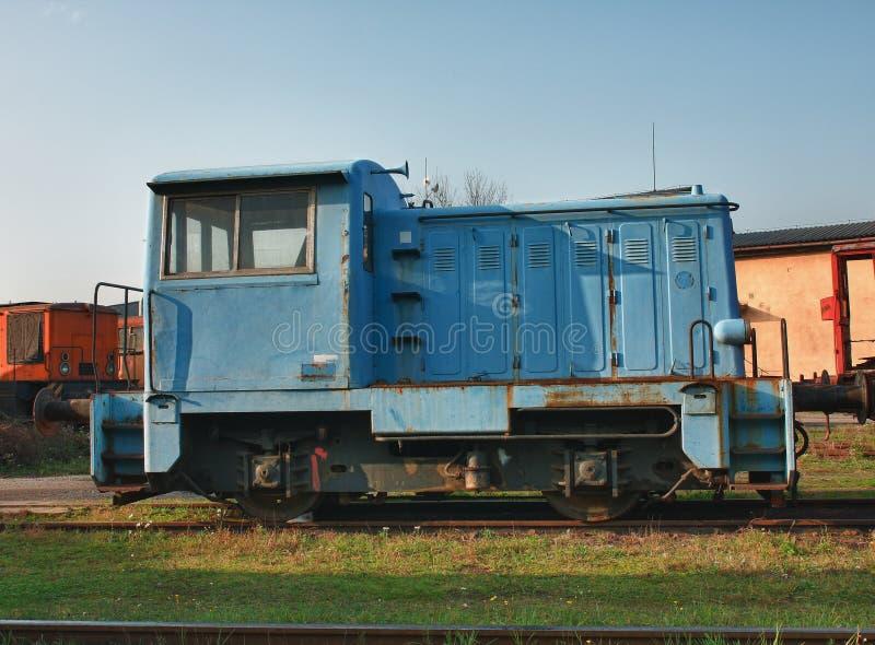 Alte verlassene Züge am Depot am sonnigen Tag stockbilder