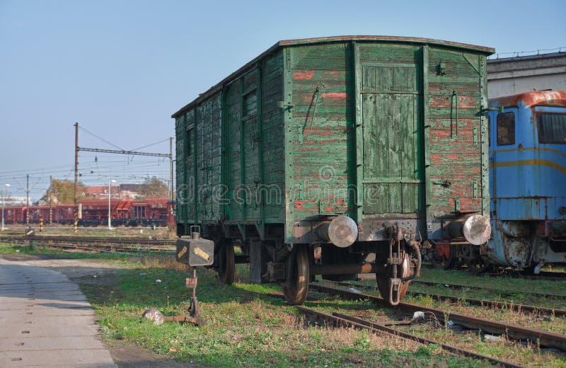 Alte verlassene Züge am Depot am sonnigen Tag lizenzfreie stockfotografie