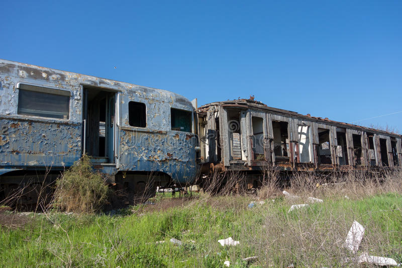 Alte verlassene Züge am sonnigen Tag stockbild