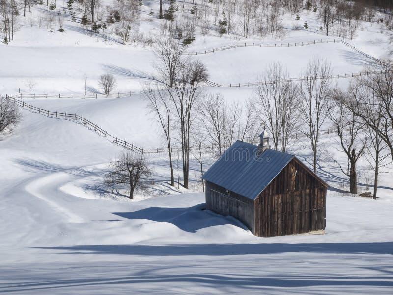 Alte Vermont-Scheune im Winter lizenzfreie stockfotografie