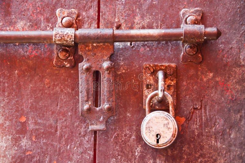 Alte Verriegelung mit purpurroter Tür stockbild