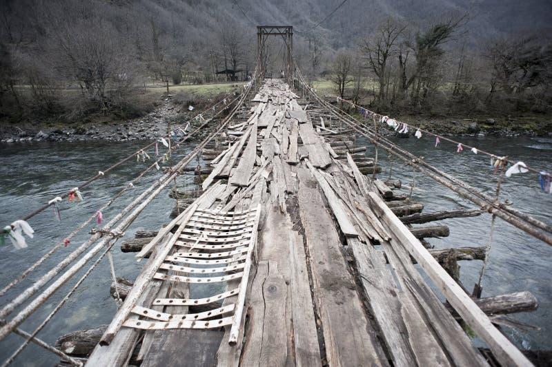 Alte verschobene Holzbrücke lizenzfreie stockfotografie