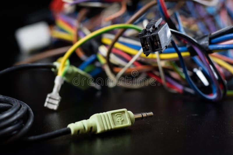 Alte verwickelte Kabel, Elektronik und alte Kabelverbindungsstücke auf a stockfotografie