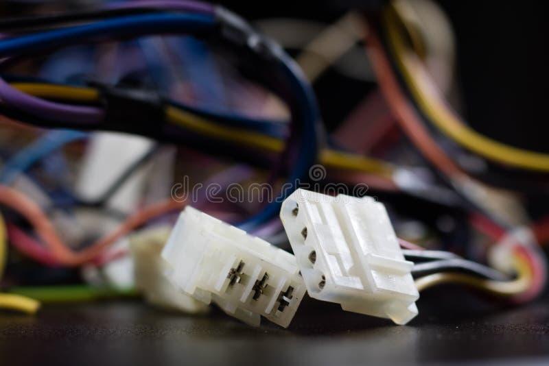 Alte verwickelte Kabel, Elektronik und alte Kabelverbindungsstücke auf a lizenzfreie stockbilder