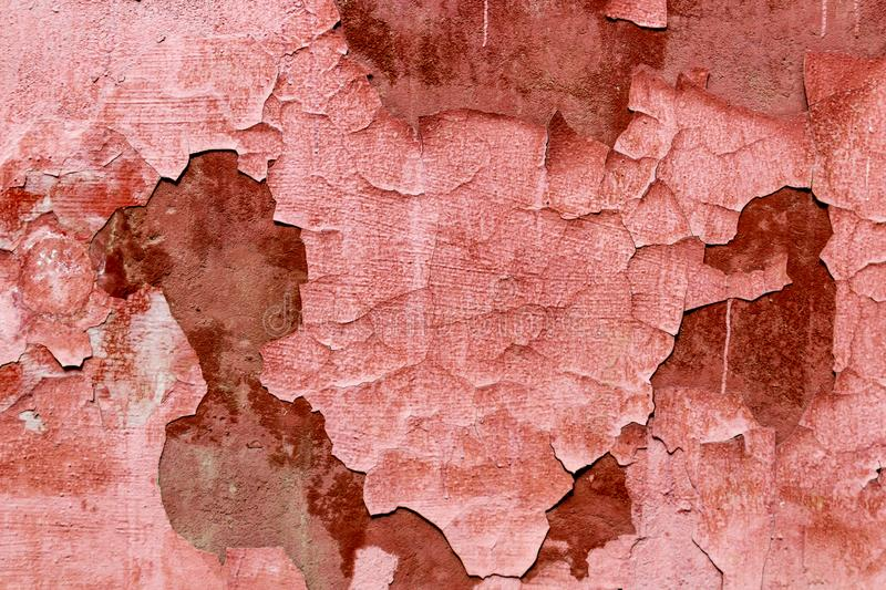 Alte verwitterte abziehende rote korallenrote Farbe auf der Wand Hintergrundbeschaffenheit der schmutzigen abgezogenen Gipswand lizenzfreie stockbilder